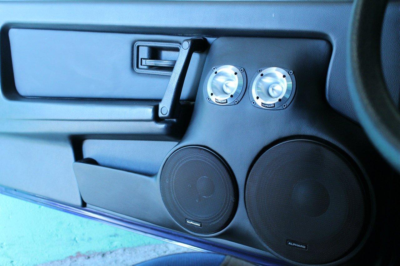 Из каких материалов делают подиумы под акустику